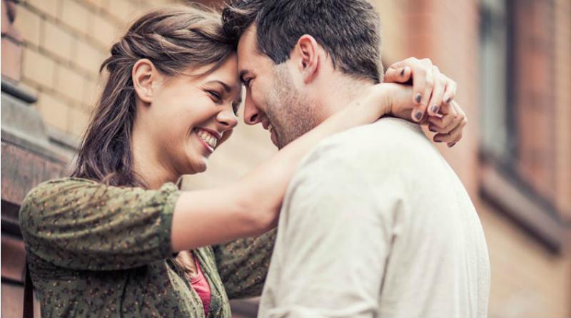 a mulher fica feliz quando está com o homem que ele quis conquistar