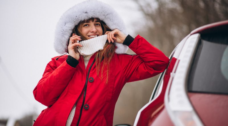 carro vermelho na neve