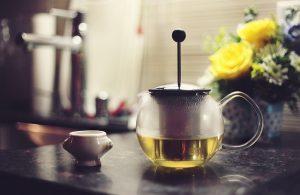 atleta servindo-se chá